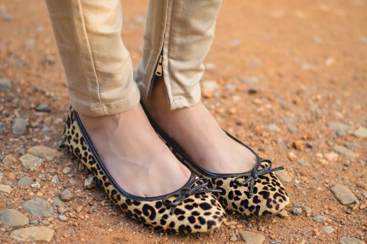 IMG_2049-look-sreet-style-skinny-pants-caci-caqui-bege-blusa-manga-sino-manga-flare-off-wite-shirt-schutz-tagme-coleçao-tag-me-schutz-bag-handbag-off-luiza--barcelos-sapatilha-leopard-sapato-oncinha