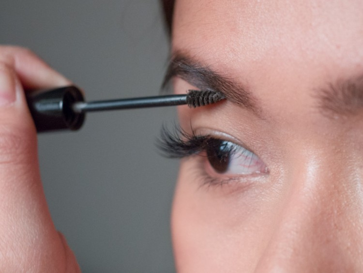 Benefit-Gimme-Brow-application-close-up