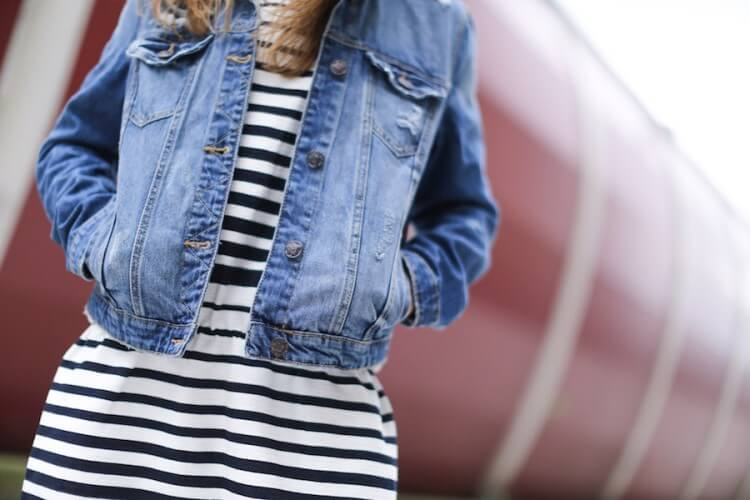 Clochet-streetstyle-suiteblanco-denim-jacket-stripped-dress-superga-classic-navy-2